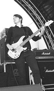 Chantal is de bassiste van de coverband Square.