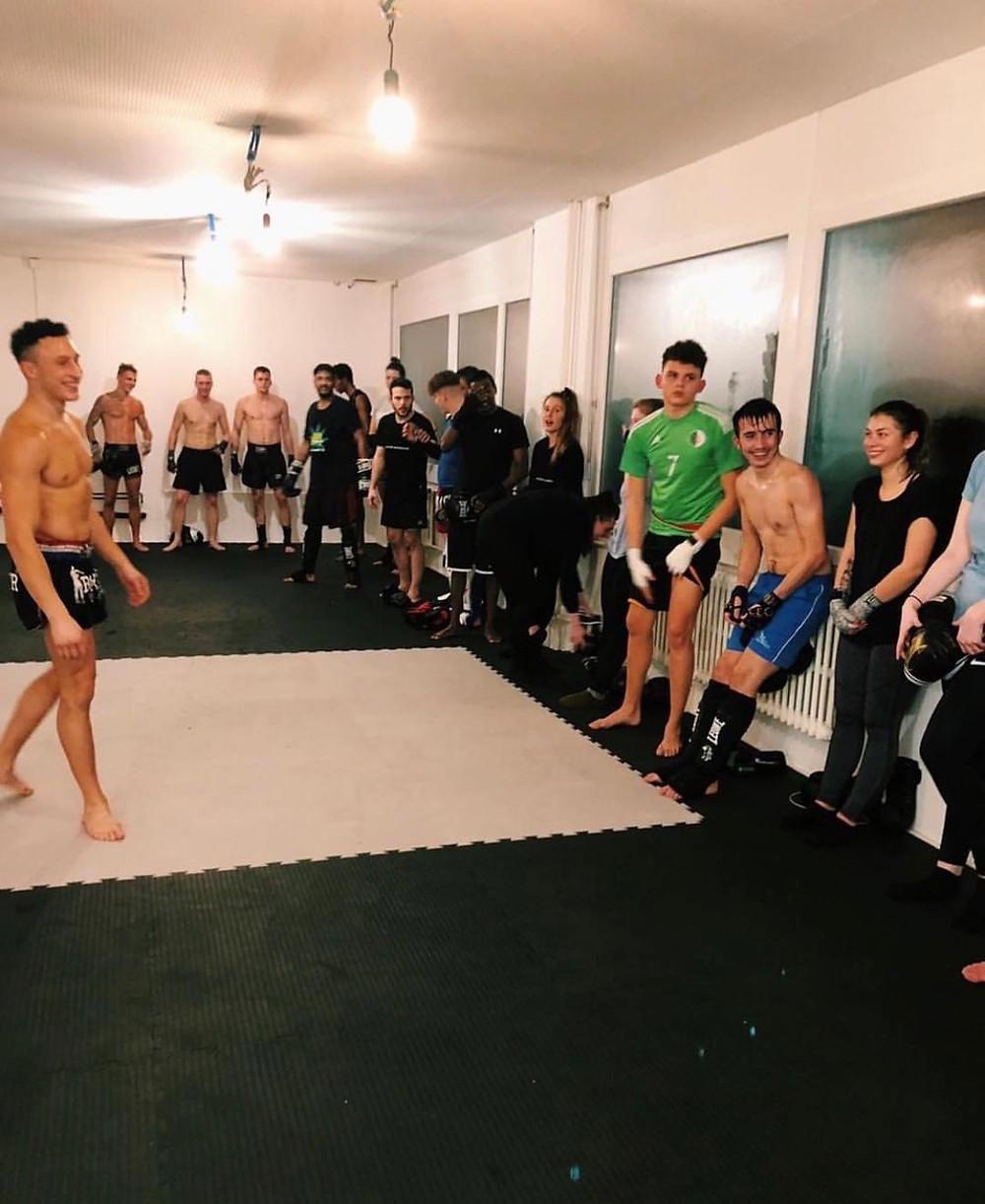Carlos mit Freude nach einem erfolgreichen Training mit den Athleten.