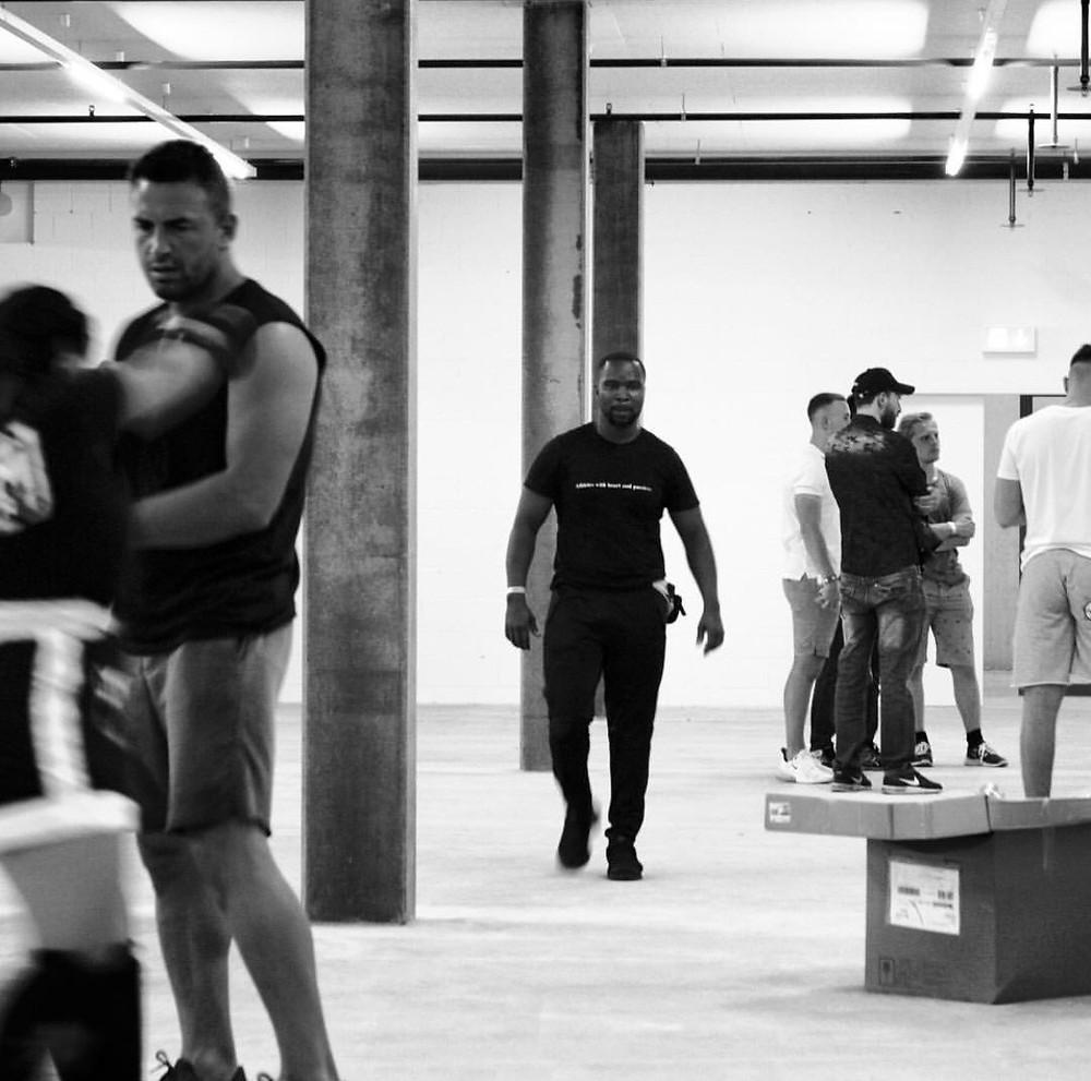 Christopher Fana auf dem Weg zu seinem Athlet der in kurzer Zeit im Ring stehen wird.