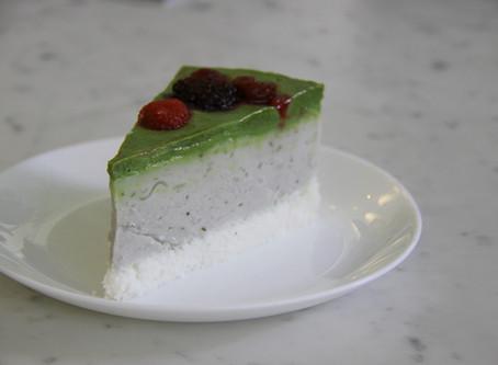 עוגת תה ירוק, מאצ'ה וקוקוס עם פירות יער