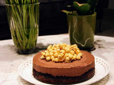 עוגת דאבל-שוקולד עם אגוזי לוז מקורמלים – Double-chocolate Cake with Caramelized Hazelnuts