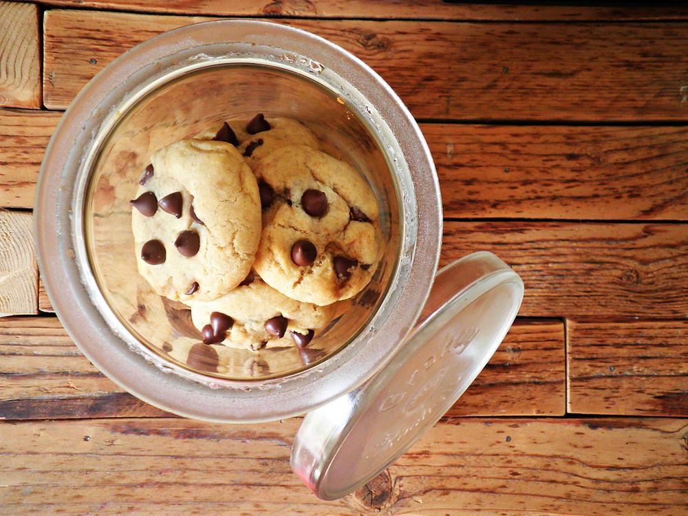 עוגיות שוקולד צ'יפס במילוי חמאת בוטנים