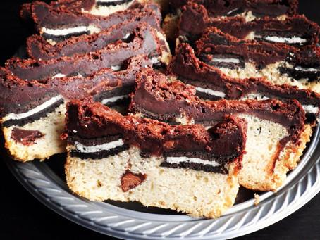 בראוניז טבעוני מושחת- 3 שכבות עם שוקולד צ׳יפס, אוריאו ושוקולד