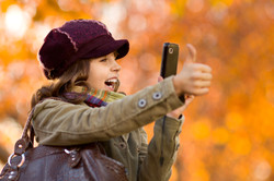 garota-fotografando-celular