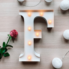 Svítící písmeno F