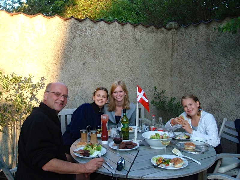 host_family_dinner_outside_jpg_800x600_crop_q85