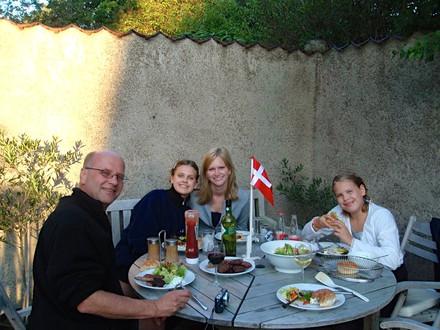host_family_dinner_outside_jpg_800x600_c