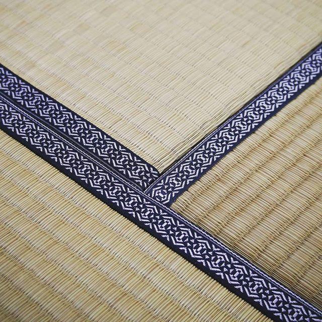 施工事例です✨__ミンサー柄と並ぶ、当店オリジナルの畳縁、_献上柄。__シャープ
