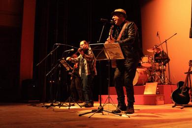 Luis_Núñez_y_Los_Folganzanes_-_Teatro_de_El_Entrego.jpg