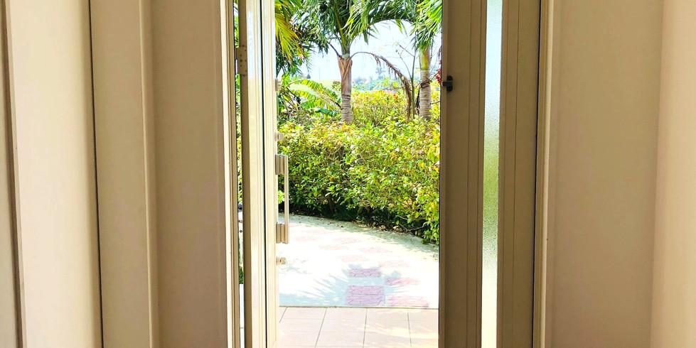 宮古島ゲストハウスシトラス自慢の美しい庭へと続く広い玄関