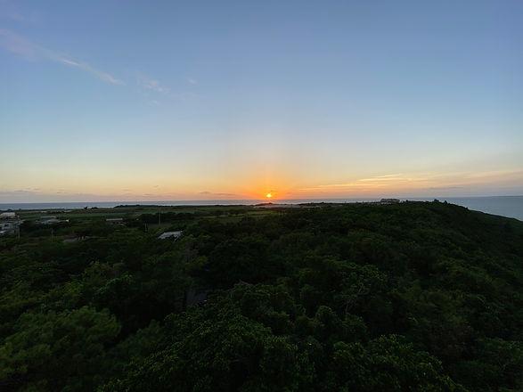 車で5分の来間島からは地平線に沈む夕日が…