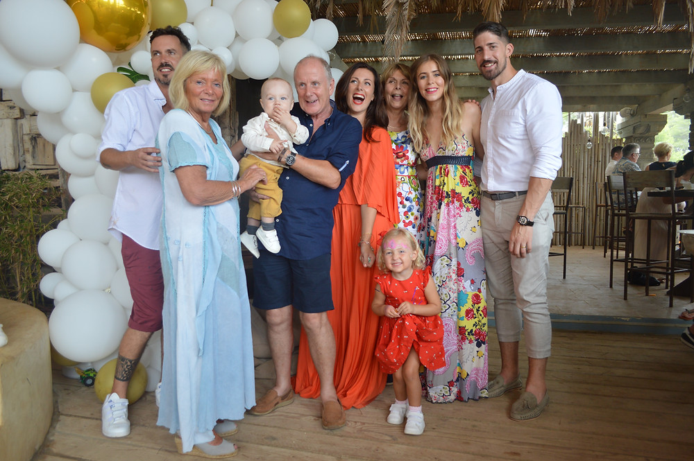 Family party ibiza with balloon arch