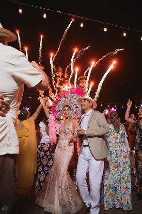 Arge y Jahiro   Novios recién casados en boda al aire libre