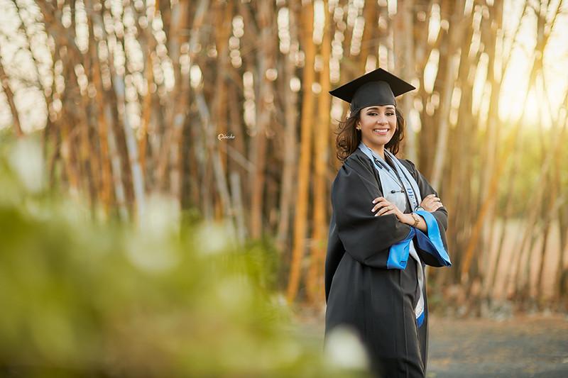 Dra. Alda Villarreal, en su sesión de fotos de graduación.