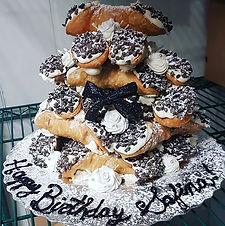 Cannoli tower birthday cake 😍💚._._Happ