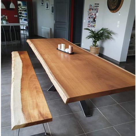 Table à manger en iroko massif en une seule et unique tranche d'arbre, 14 personnes (3mx1m10) et piètement central acier mikado. Teinte et dimensions au choix