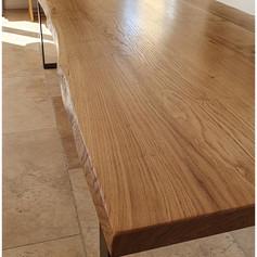 Table à manger en chêne massif 5cm d'épaisseur (3m), bords naturels et piètement en fer plat noir mat, teinte et dimensions au choix.