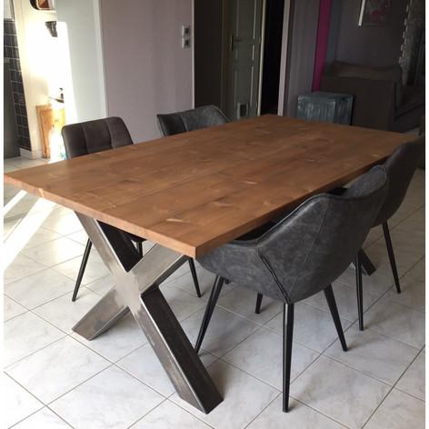 Table à manger en sapin 3.5cm d'épaisseur, 4 personnes (1m60) et piètement acier en X brut. Teinte et dimensions au choix.