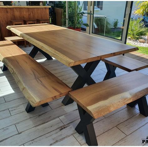 Table à manger en iroko massif 4.5cm d'épaisseur en une seule et unique tranche d'arbre (2m60) + 4 bancs et piètement acier en X noir mat. Teinte et dimensions au choix