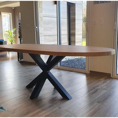 Table à manger en chêne massif 4.5cm d'épaisseur, 8 personnes (2m20) et piètement acier double X noir mat. Teinte et dimensions au choix.