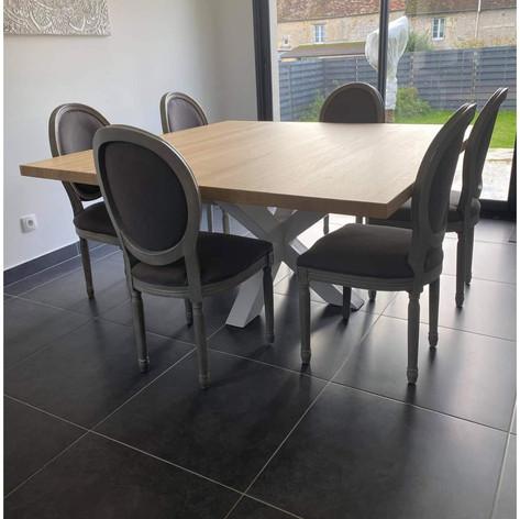 Table à manger carrée en chêne massif, 5cm d'épaisseur, 12 personnes, 1m60x1m60 et piètement central acier double X blanc mat. Teinte et dimensions au choix.