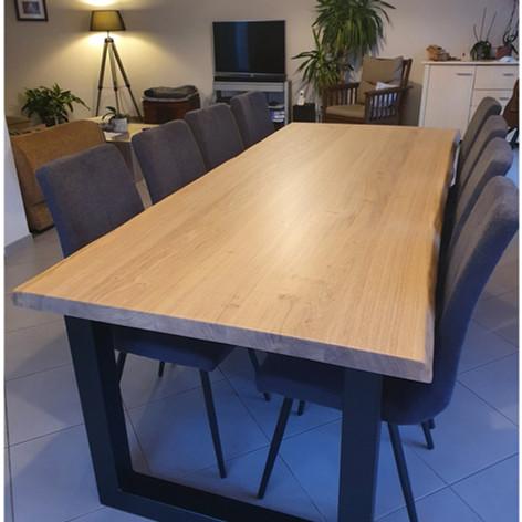 Table à manger en chêne massif 5cm d'épaisseur, 8 personnes (2m40), bords naturels et piètement acier en U noir mat. Dimensions au choix