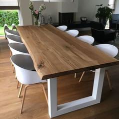 Table à manger en chêne massif 4.5cm d'épaisseur, 8 personnes (2m50), bords naturels et piètement acier en U blanc mat. Teinte et dimensions au choix.