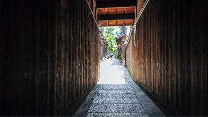 【石塀小路】隠れ家のようなお店が立ち並ぶ小路。