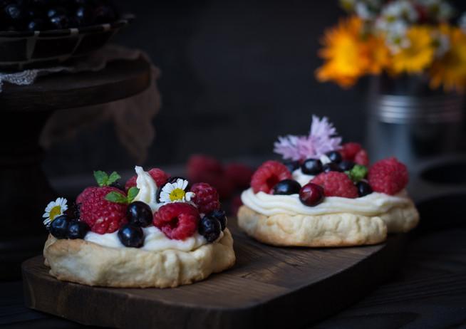 Тарты с ягодами и белым кремом