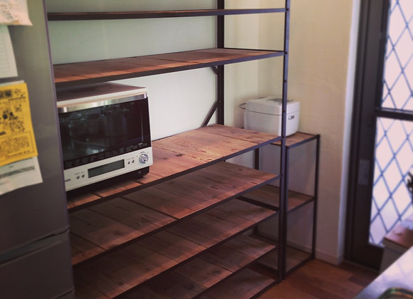 アイアンフレームと古材の食器棚