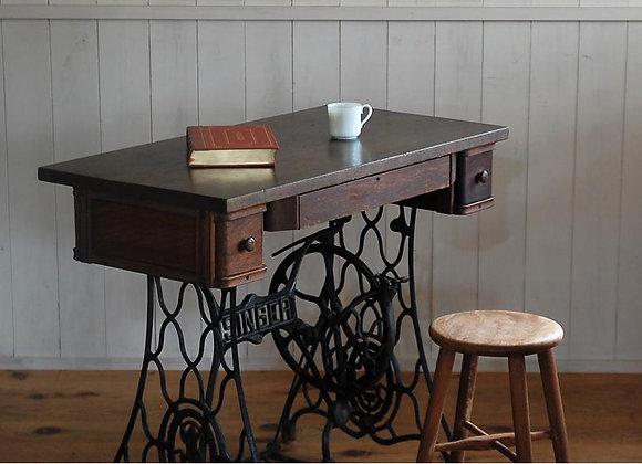アンティークミシン脚のテーブル