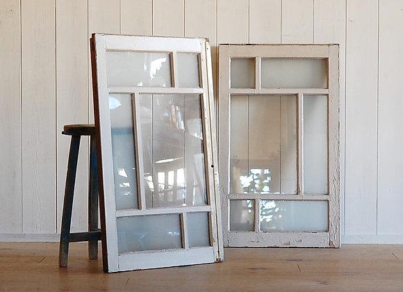 白いペンキの格子ガラス窓