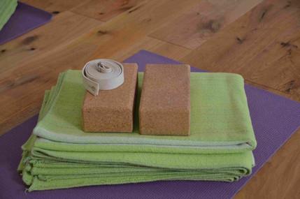 Yoga-Matte mit Hilfsmitteln
