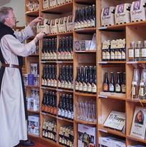 Monnik in de winkel van La Trappe.