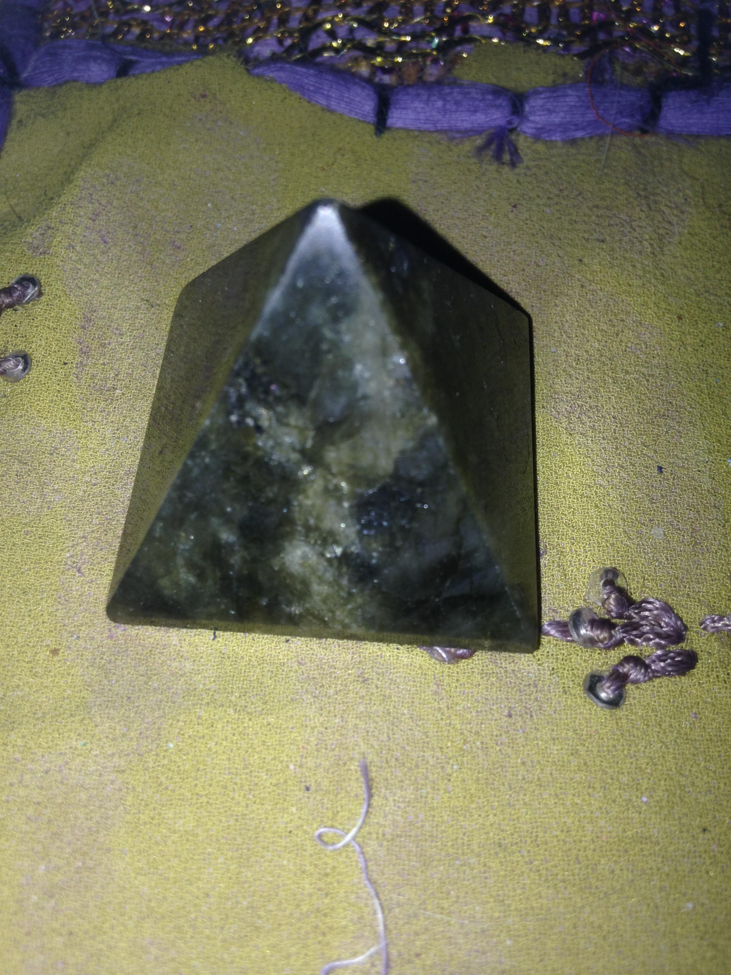 Pyramide en labradorite