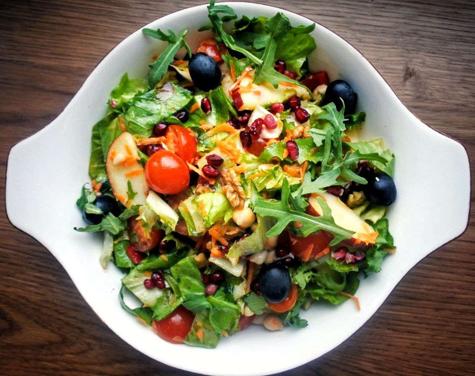VEGAN (mix salate, ardei, roșii cherry, morcovi, castravete, ridichi, semințe de rodie, măsline, nuci și semințe, năut, măr, vinagretă cu nuci)