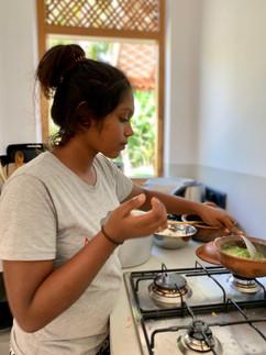 Udeshika am kochen im Garden House