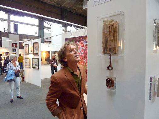 JanKees Vergouw looking at my assemblages on the ArtZaanstad event.
