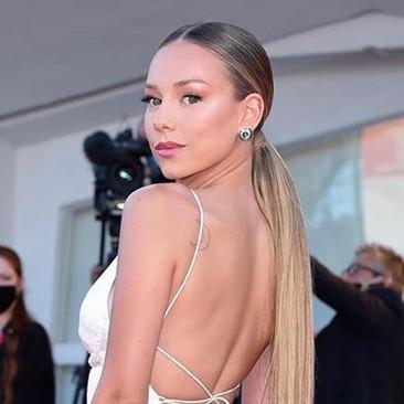 Ester expósito triunfa con su elegancia en el festival de cine de Venecia