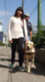 Labrador guiando sonriente a su usuaria, una joven ciega