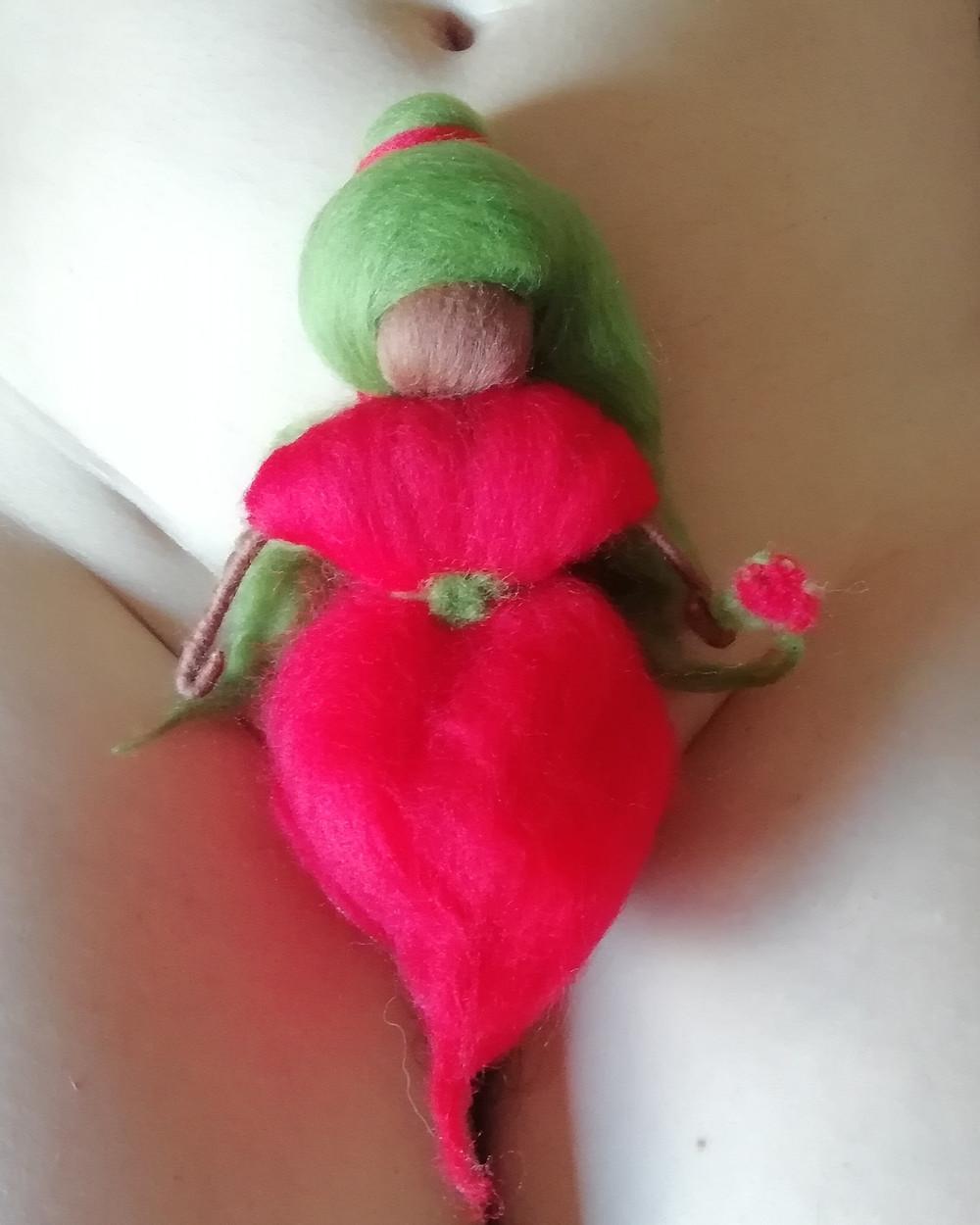 Arte Menstrual con lana de merino inspirado en los Relatos del Cántaro de Ximena Noemí