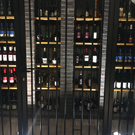 Hekwerk met loopdeur voor wijnkelder