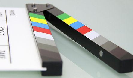 clap de cinéma multicolore