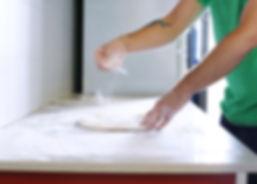 Het maken van zelfgemaakte pizza