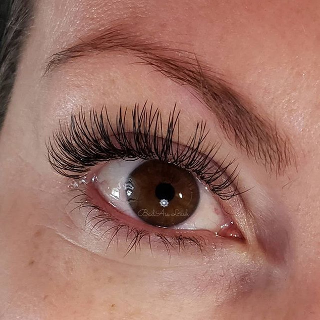 Lash game is strong with this bride! Rea