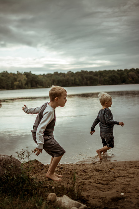 family lifestyle photography session by the lake | elkhorn, wi