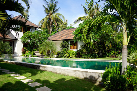 Pool mit Gästehaus 2
