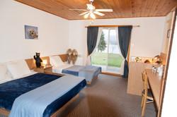 Chambre avec lit queen et lit simple