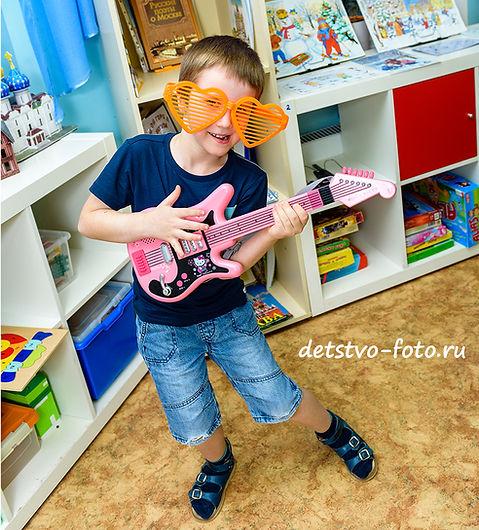 мальчик сгитарой в детскомсаду