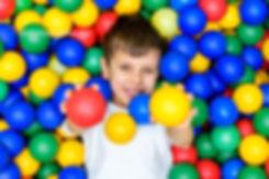 ребёнок  в шариках